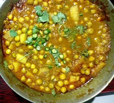 Ghughni/green peas curry
